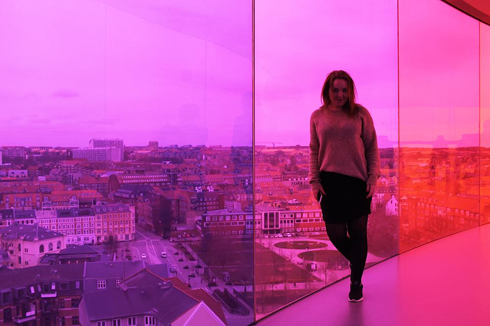 TENK KOFFERT I AARHUS: Her er jeg i Your Rainbow Panorama i Aarhus, 100 meter over bakken. Foto: Anne-Charlotte fra  Fyra Årstider.