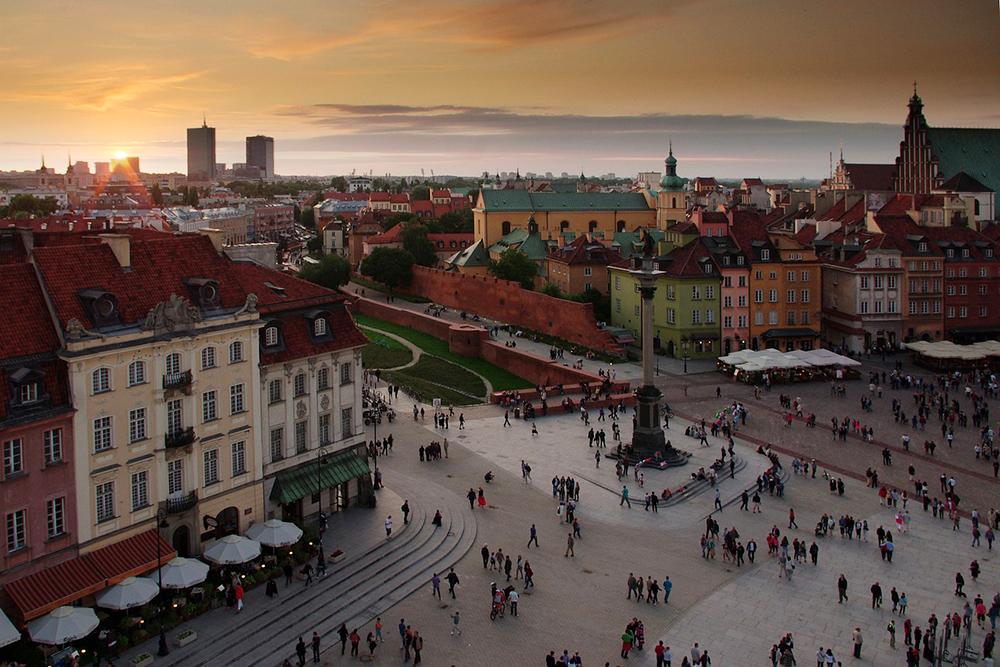 GAMLEBYEN: Warszawa har skyskrapere og alt man forbinder med en storby, men i gamlebyen får du gamle, vakre bygninger, marked og varm eplelikør. Foto: Pixaby