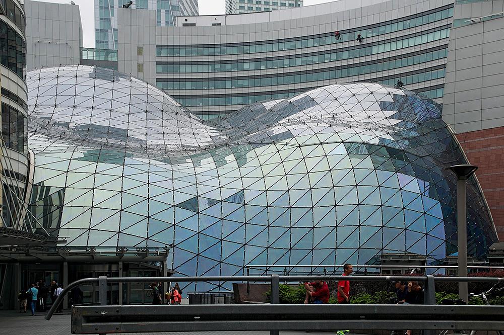 ZŁOTE TARASY: Det store glasstaket som dekker kjøpesenteret Złote Tarasy ser nesten ut som om det smelter. Stilig å se på både utenfor og inni. Inne i senteret er det mange fine butikker og spisesteder. Foto: Złote Tarasy