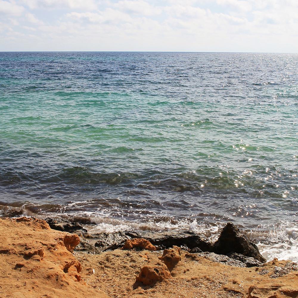 VITAMIN SEA: Vannet er så klart og rent, og fargen helt unik. Foto: Tenk Koffert