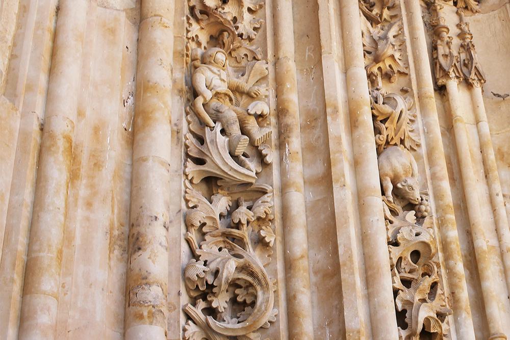 SER DU ASTRONAUTEN?: a en nærmere titt på katedralens fasade. Da kan du få øye på mange snåle ting. Det er en tradisjon for restauratører å legge til detaljer eller nye utskjæringer til fasaden som en slags signatur. På denne katedralen er blant annet en moderne astronaut å se! Foto: Tenk Koffert