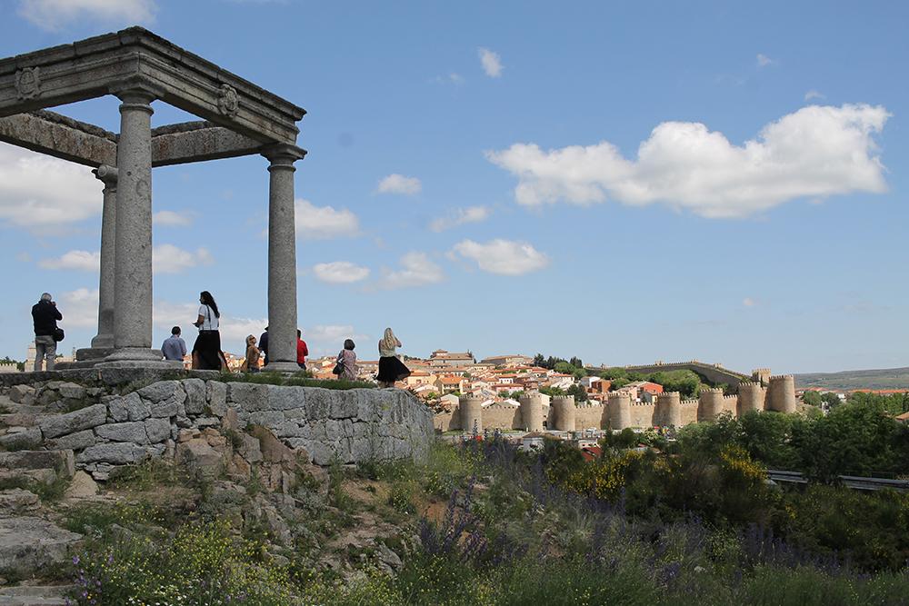 PÅ TOPPEN: Flott utsikt over den vakre muren. Foto: Tenk Koffert