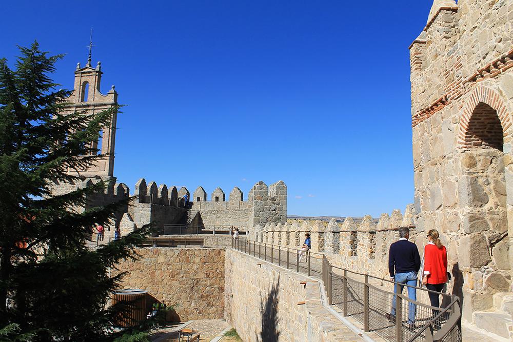 GÅ PÅ MUREN: Når du først er i Ávila vil jeg anbefale at du spanderer på deg en inngangsbillett, slik at du kan gå på selve muren. En uforglemmelig opplevelse. Foto: Tenk Koffert