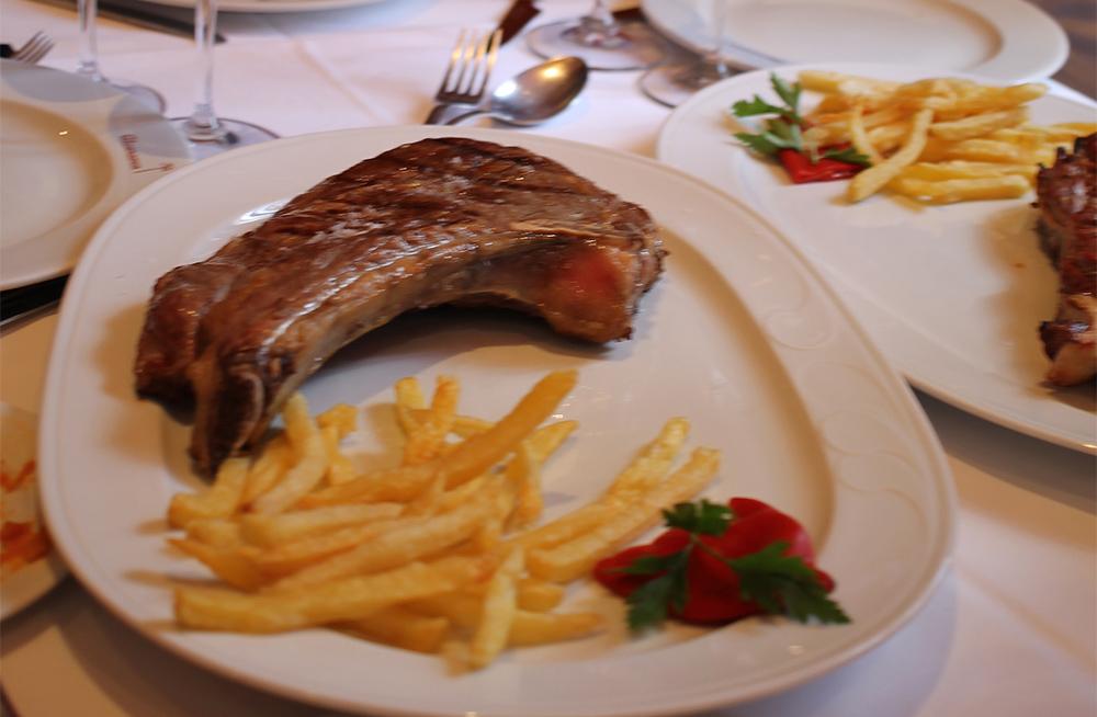 CHULETÓN DE ÁVILA: Typisk rett fra denne provinsen. Et stort stykke godt saltet kalvekjøtt med poteter til. Nydelig! Foto: Tenk Koffert