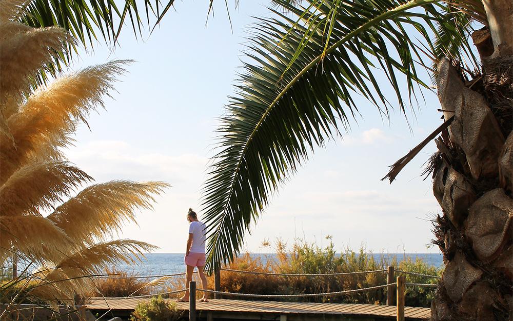GOD MORGEN: Mornings at Formentera 🙌🌴☀️ Bildet er tatt på Gecko's Beach Club hvor jeg nøt morgensolen og en god kopp kaffe. Foto: Tenk Koffert