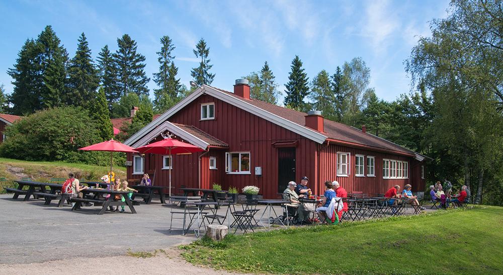 TROLLVANNSSTUA: Denne sportsstua har mange fine sitteplasser ute. Foto: Skiforeningen.no