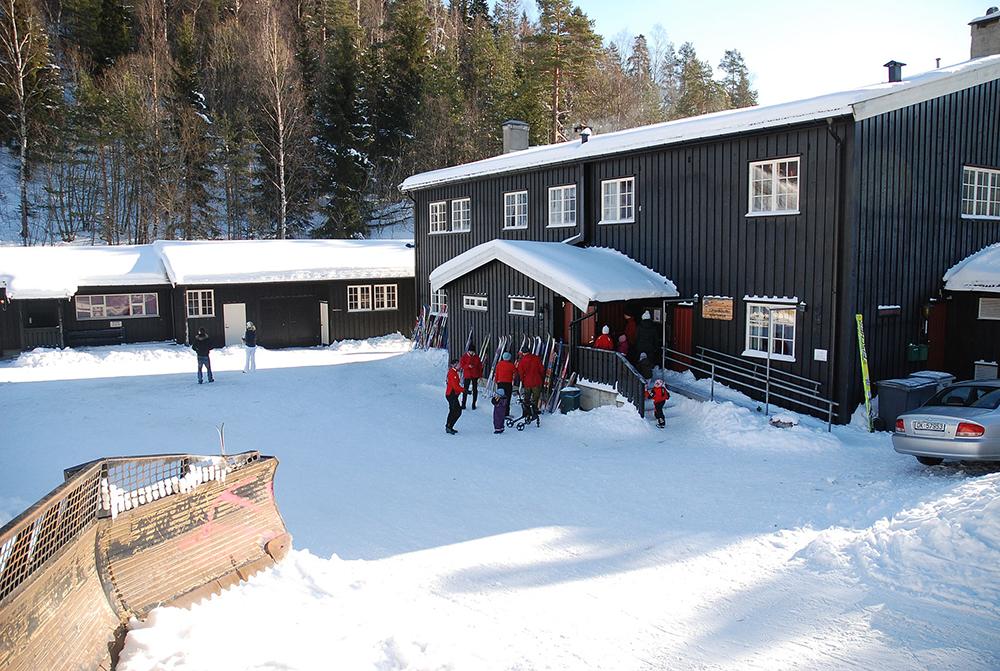 LINDERUDKOLLEN: Denne sportsstua ligger ved foten av en hoppbakke, og her arrangeres mange sportsaktiviteter og konkurranser. Foto: Wikipedia.no