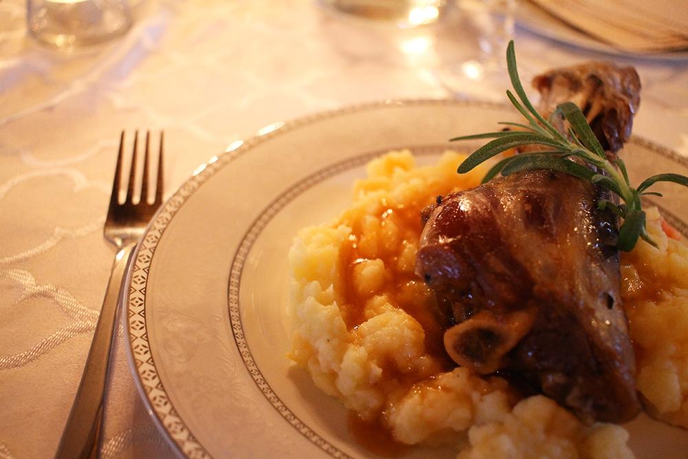 HJEMMELAGET: Sissel lager kjempegod mat! Her har jeg fått servert lam fra nabogården, hjemmelaget potetmos og stekte grønnsaker - helt nydelig! Ønsker du middag når du besøker Munkeby må du si fra om det på forhånd. Foto: Tenk Koffert