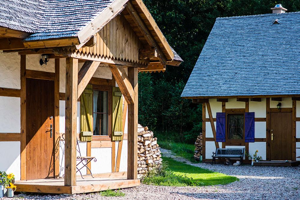 OVERNATT PÅ LAVENDELGÅRD: Disse søte husene ligger på det samme tunet som badebassenget og saunaen. Et herlig sted å bo. Foto: Tenk Koffert