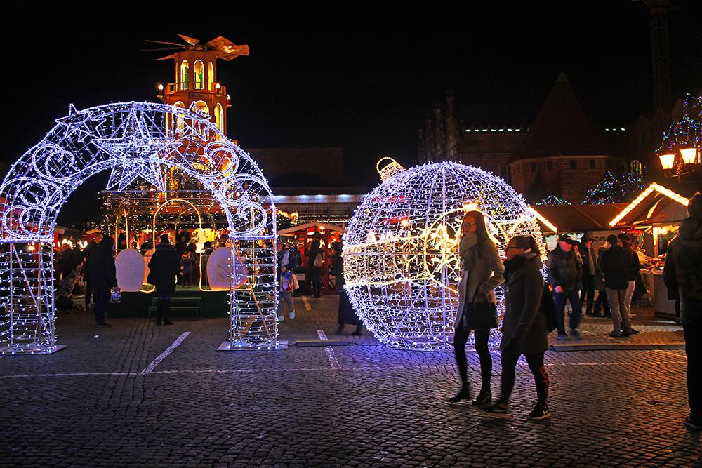 FLOTTE LYSINNSTALLASJONER: De leker ikke julemarked i Polen – torget er pyntet til trengsel. Foto: Tenk Koffert