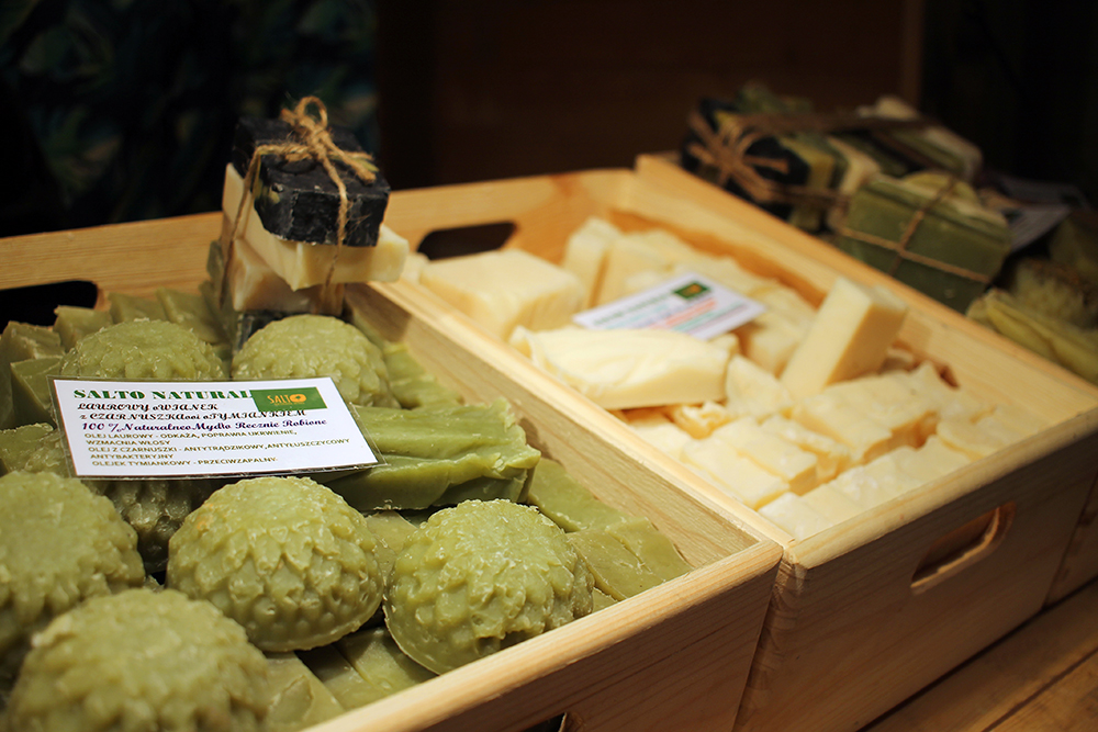 NATURLIGE INGREDIENSER: Deilige, økologiske såper selges til en billig penge. Foto: Tenk Koffert