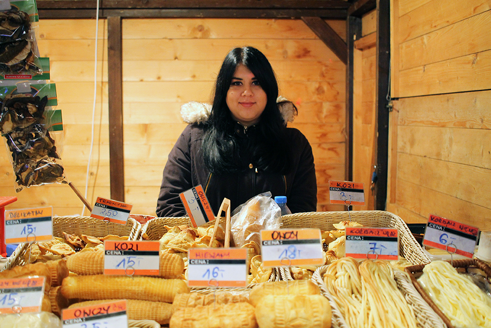 BRØDVARER: Lokalt, polsk brød og andre bakevarer selges på julemarkedet. Foto: Tenk Koffert