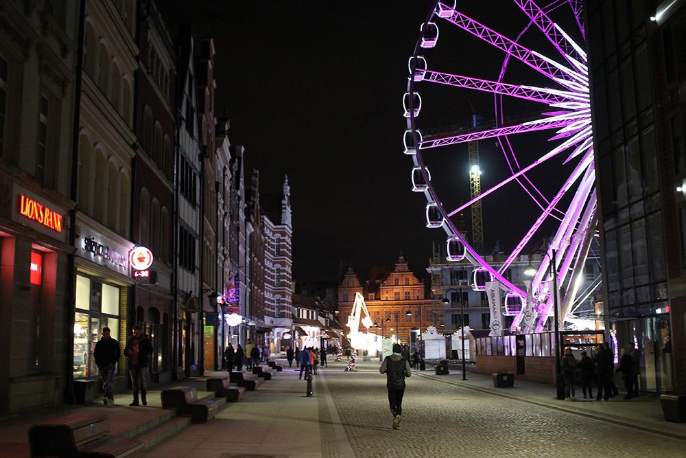 GDANSK: Hele byen er klar for jul - også pariserhjulet er piffet opp. Foto: Tenk Koffert