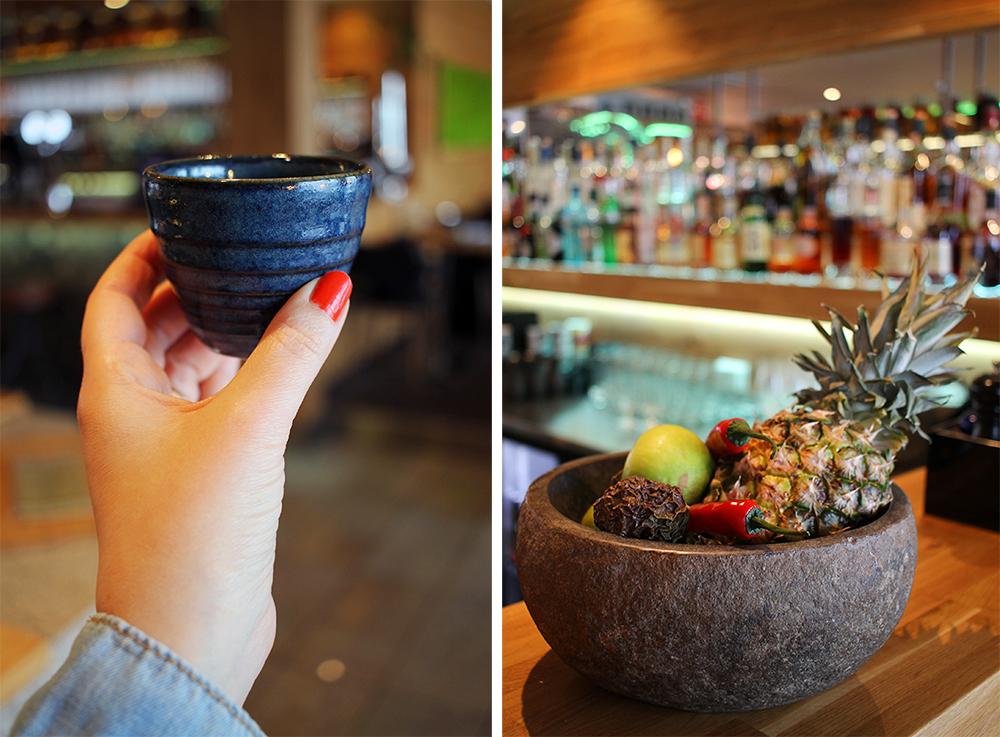 VELKOMSTDRINK: Alle får japansk sake før kurset starter. Foto: Hedda Bjerén