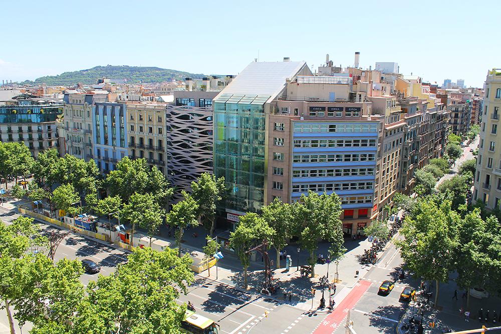 SUITES AVENUE: Hotellet Suites Avenue ligger sentralt til, og har stilig, bølgete eksteriør. Foto: Tenk Koffert