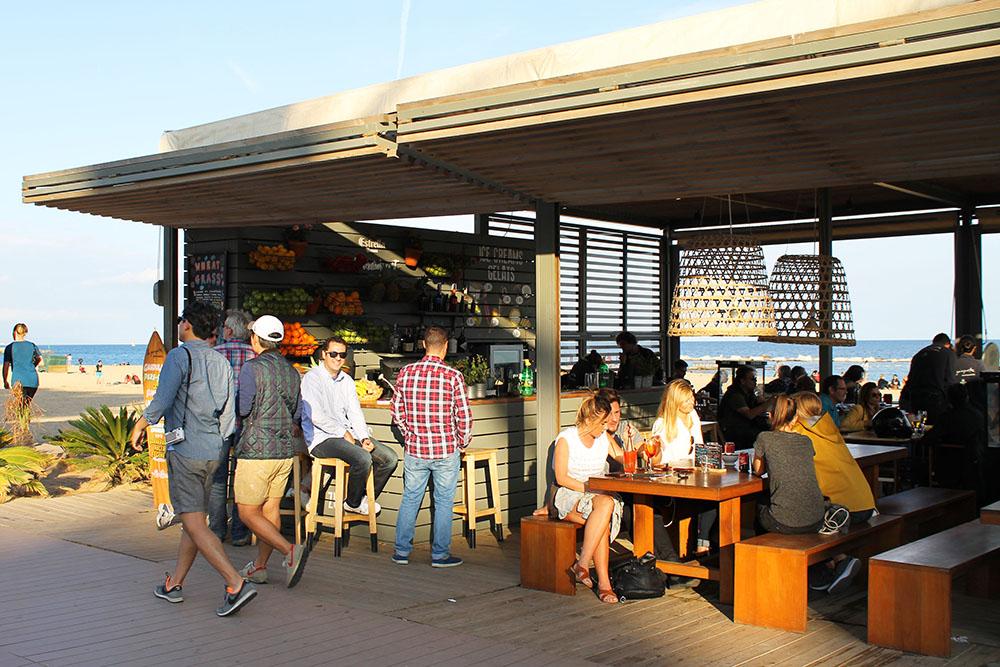 KAFEER: Det er flere små kafeer nede ved stranden. Foto: Tenk Koffert