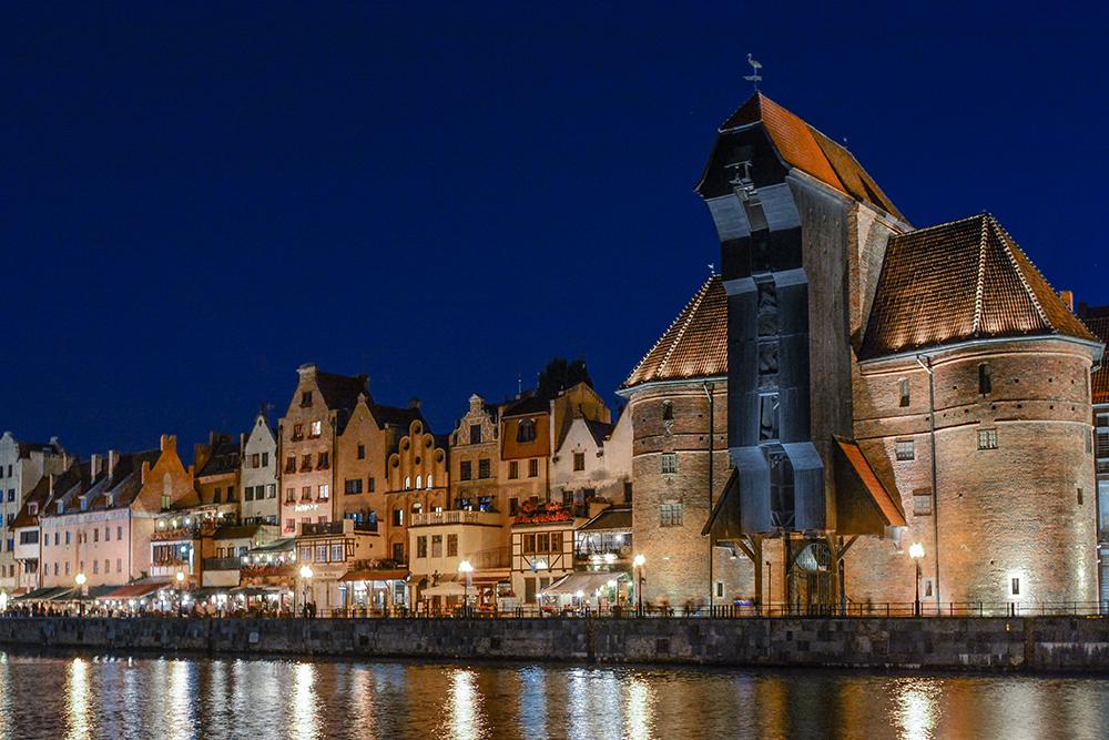 GDANSK BY NIGHT: Det er i havneområdet i Gdansk det er flest turister, og det med god grunn. Herfra er det kort gåavstand til mange fine restauranter og butikker. Foto: Fotopolska