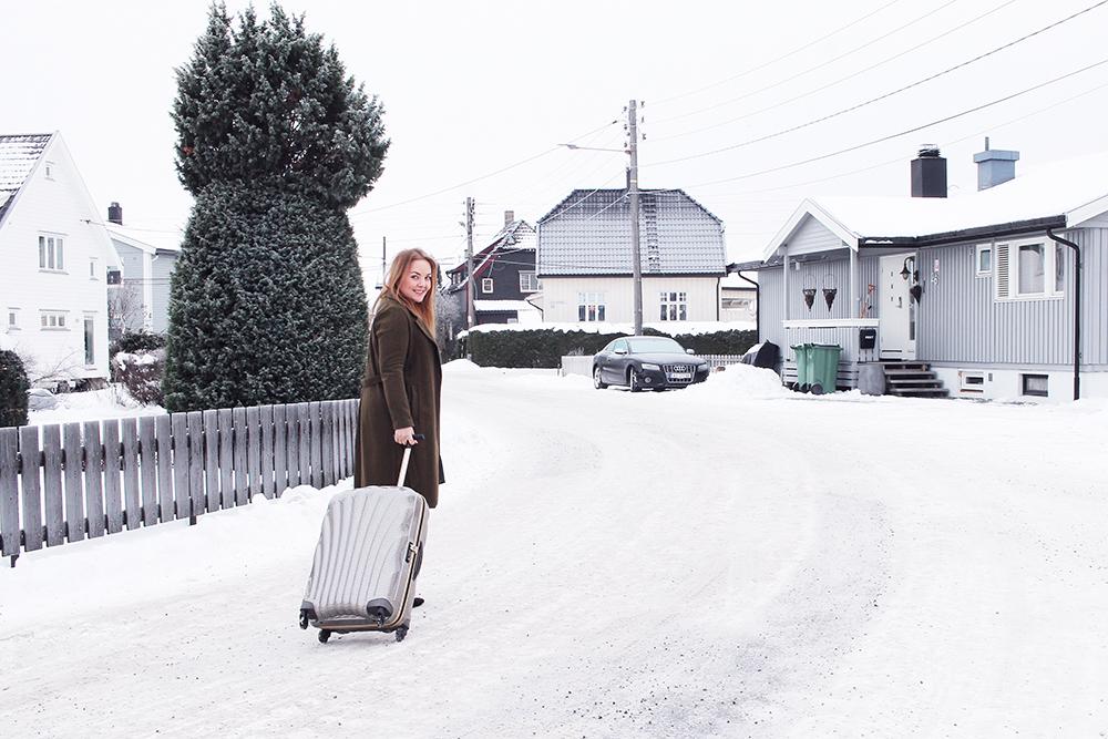 KLAR FOR LANGHELG: Her er jeg på vei til langhelg i Aarhus.  Aarhus kan du lese mer om her . PS! Den fine kofferten har jeg lånt av  Samsonit e. Foto:  Robin Zandwijken