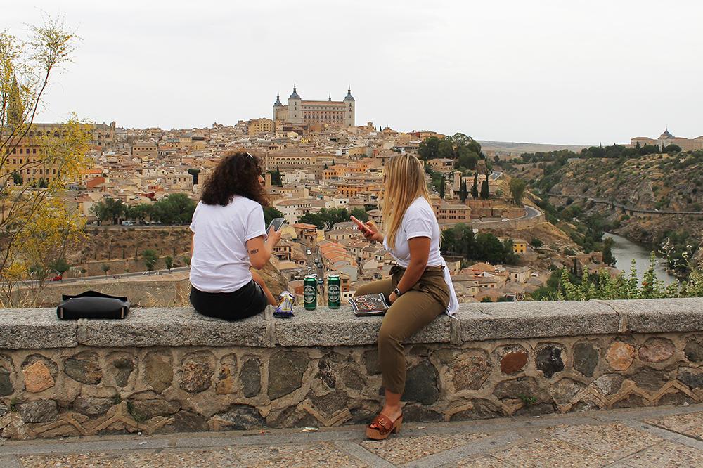 TOLEDO: Disse damene har satt seg ved den fine utsiktsposten rett utenfor Toledo. Her får du fin oversikt over hele den lille, vakre byen. Foto: Tenk Koffert