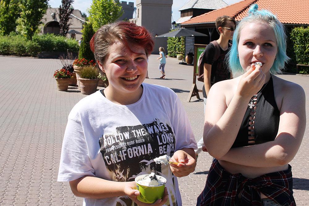 GØY FOR UNGDOMMER OGSÅ: Mary (17) og Johanna (16) koste seg i Djurs Sommerland. Foto: Tenk Koffert