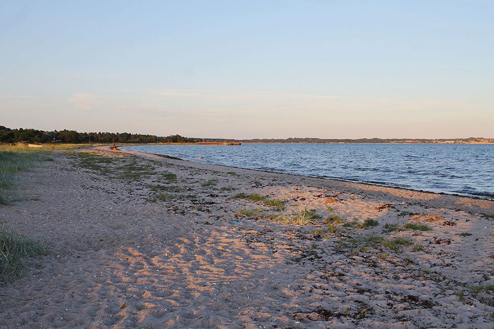 STRANDLIV I DANMARK: Ahh ... Danmarks deilige strender! Denne ligger utenfor Molskroen Strandhotel i Ebeltoft. Foto: Tenk Koffert
