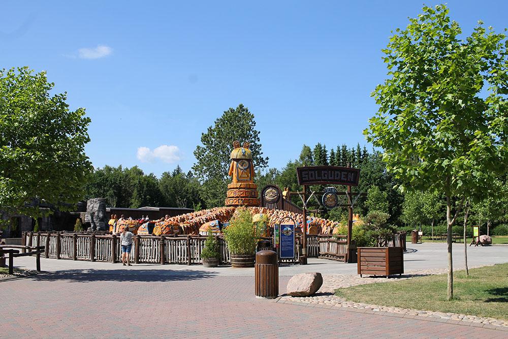 DJURS SOMMERLAND: «Solguden» er én av mange karuseller du finner her. Foto: Tenk Koffert