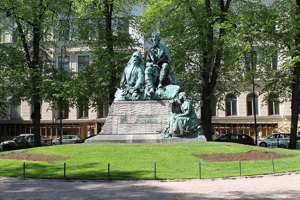 FIN STATUE: Kunstneren Emil Wikström har laget denne flotte statuen, som viser Elias Lönnrot, en kjent finsk filolog, litteraturforsker og lege. Ta en helgetur til denne fine byen, her er det MYE bra å se! Foto: Tenk Koffert