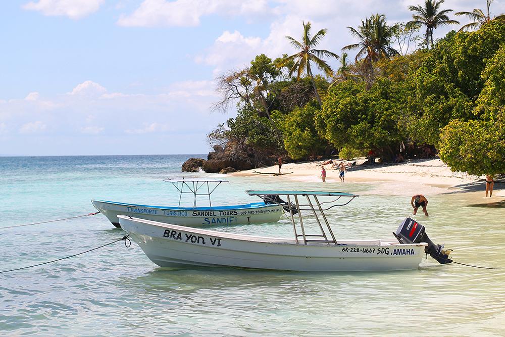 FERIE I DEN DOMINIKANSKE REPUBLIKK: Den vakre øya Cayo Levantado, også kalt Bacardi Island, er omringet av glitrende, turkist hav. Sa noen paradis? Foto: Tenk Koffert