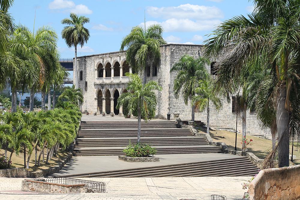 HISTORISKE DOMINIKANSKE REPUBLIKK: Diego Colombus og kona Maria kom til Santo Domingo i 1509 og bodde i dette slottet. I dag huser bygningen Karibiens viktigste samling av europeisk middelalder- og renessansekunst og -håndverk. Foto: Tenk Koffert