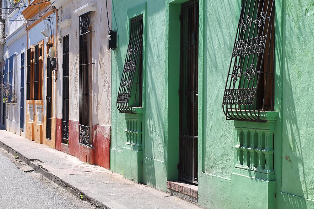 DEN DOMINIKANSKE REPUBLIKK: Jeg elsker fargene i Den dominikanske republikk. Disse fine husene befinner seg i hovedstaden, Santo Domingo. Foto: Tenk Koffert