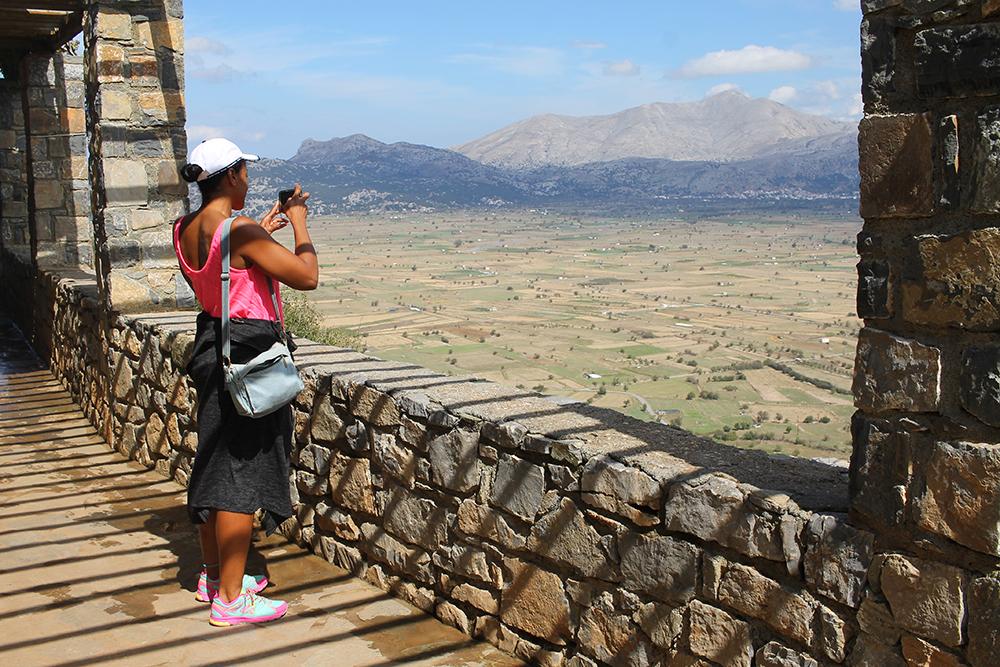 LASSITHISLETTEN PÅ KRETA: Britiske Melissa står og fotograferer den vakre utsikten over Lassithisletten. Hun har gått opp fjellet for å gå ned i det som sies å være grotten Zevs ble født i. Foto: Tenk Koffert