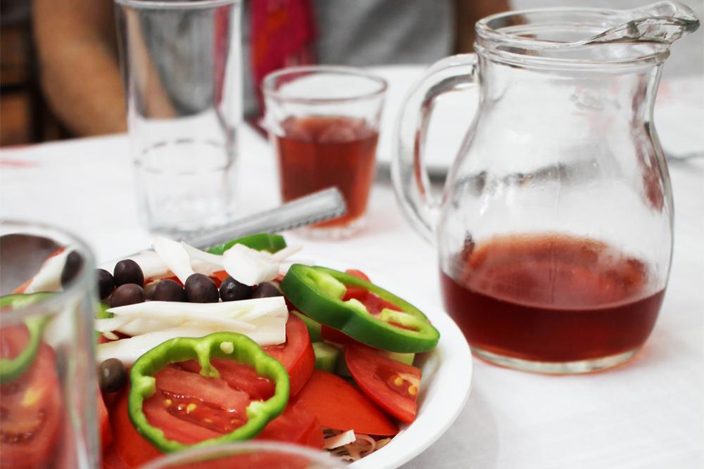 MAT PÅ KRETA: Du vet du er i Hellas når du sitter på en liten taverna som heter Zorbas BBQ og får servert salat med feta og tomat, tzatziki og hjemmelaget brød. Og vin på mugge. Så godt iall sin enkelhet. Foto: Tenk Koffert
