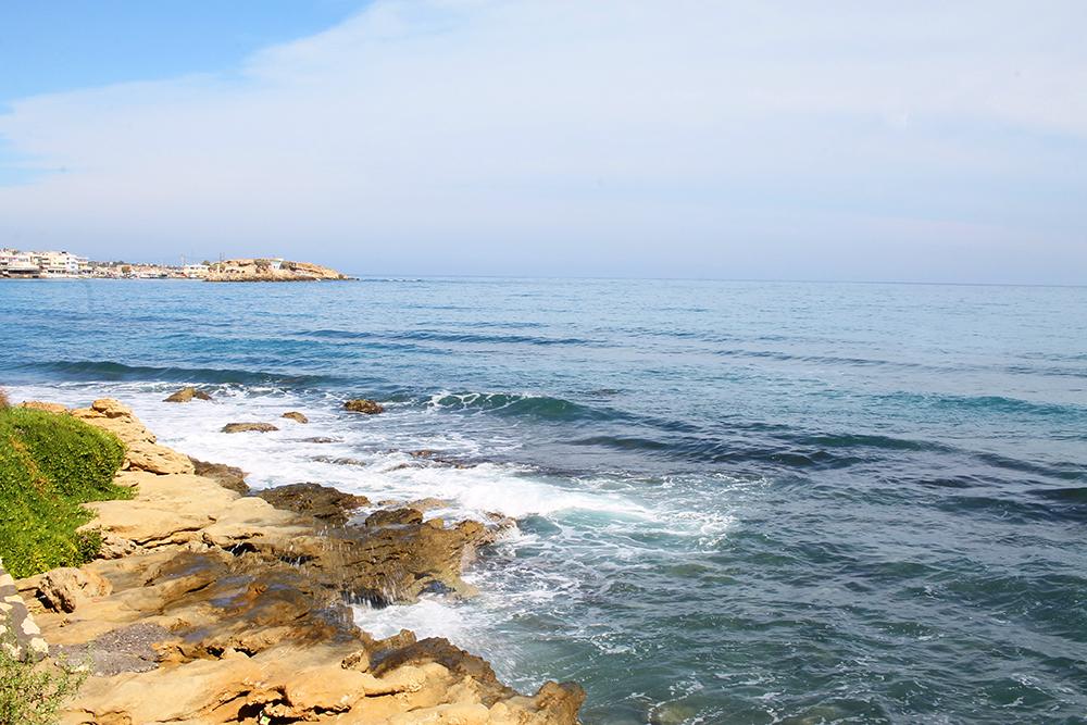 HERSONISSOS BEACH: I sentrum er strendene små og smale, og ellers er kystlinjen dekket av mange vakre klipper. Foto: Tenk Koffert