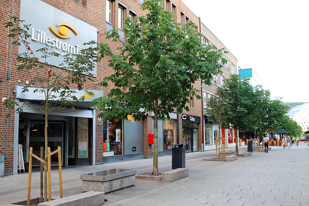 LILLESTRØM: Gågata i Lillestrøm. Et lite steinkast fra togstasjonen ligger gågata, og det er der de fleste utestedene og restaurantene ligger. Foto: Tenk Koffert
