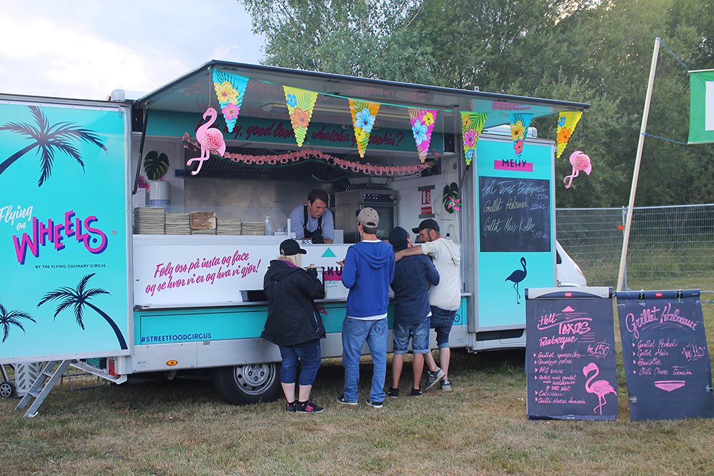 NEBBENFEST: Det er plassert flere forskjellige food trucks rundt på festivalområdet. Foto: Tenk Koffert