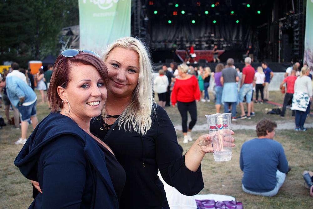 FESTIVALJENTER: Trine og Mariann koser seg på Nebbenfest. Foto: Tenk Koffert