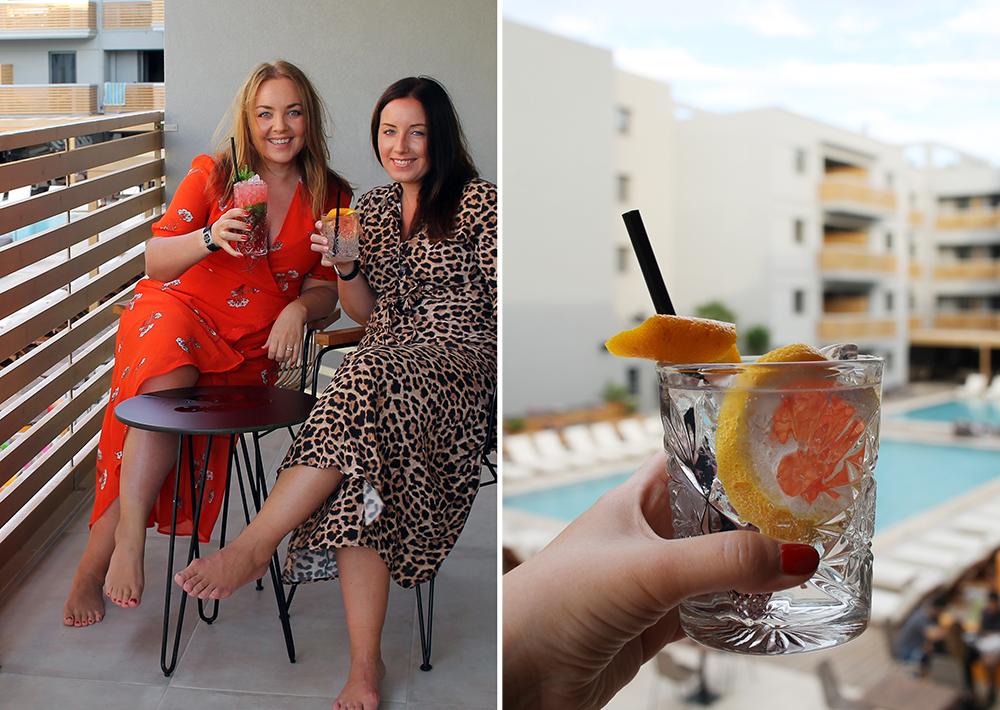 JENTETUR TIL SYDEN: Her koser vi oss med drinker på hotellets veranda. Vi bodde på Cook's Club Hersonissos Crete. Jamàs! Foto: Tenk Koffert