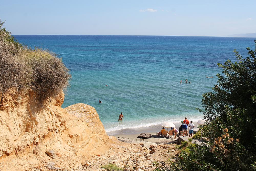 SARANTARI BEACH PÅ KRETA: Denne stranden har også et nudistområde, og tidsskrifter for homofile beskriver stranden som «gay friendly». Foto: Tenk Koffert