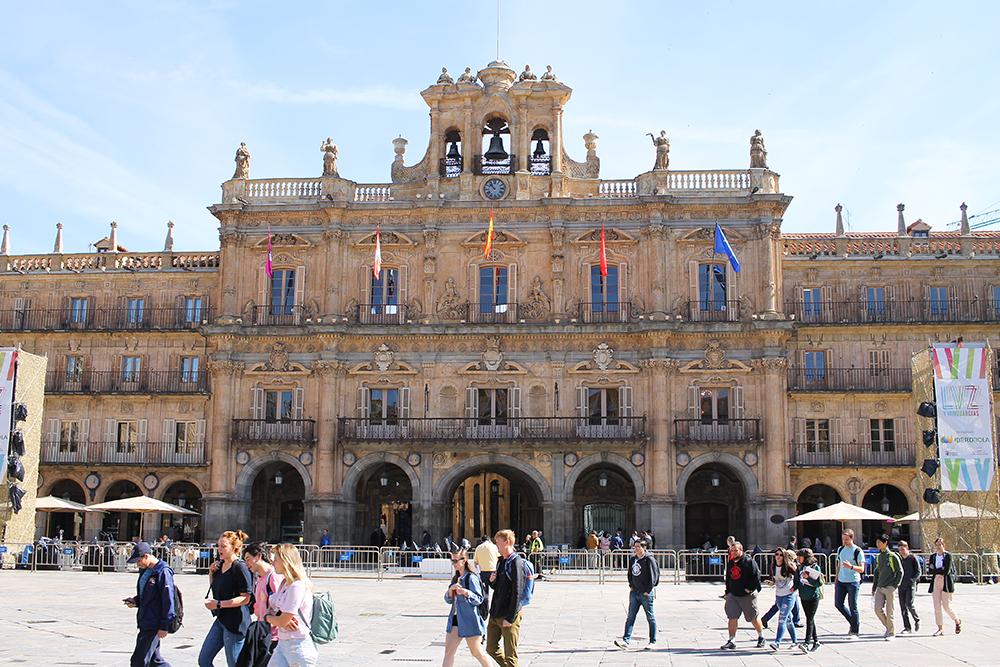 STORBYFERIE I SPANIA: Stortorget i Salmanca er regnet for å være en av Spanias vakreste. Foto: Tenk Koffert