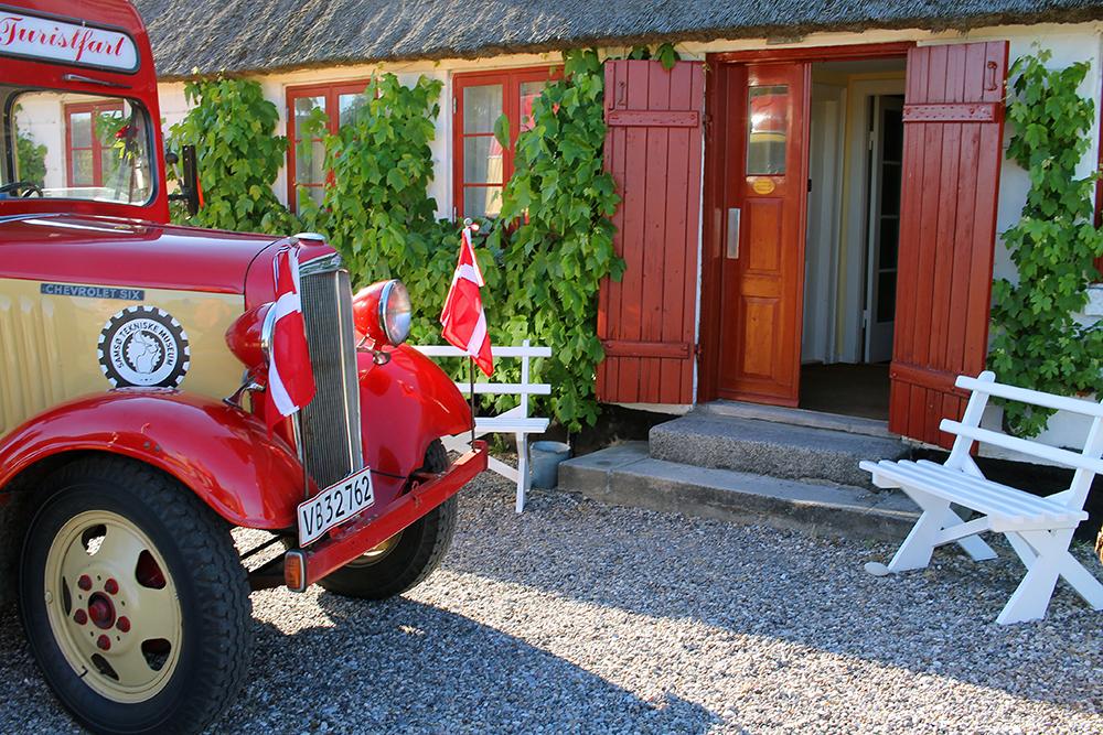 KJØR STANDSMESSIG PÅ SAMSØ: Bussen er en Chevrolet Six fra 1934 som faktisk var i drift på Samsø helt fram til 1970. Da ble den solgt ut av øya, men nå er den tilbake igjen. Ønsker du å bli hentet av denne nede på kaia, finner du priser og kontaktinformasjon her. Foto: Tenk Koffert