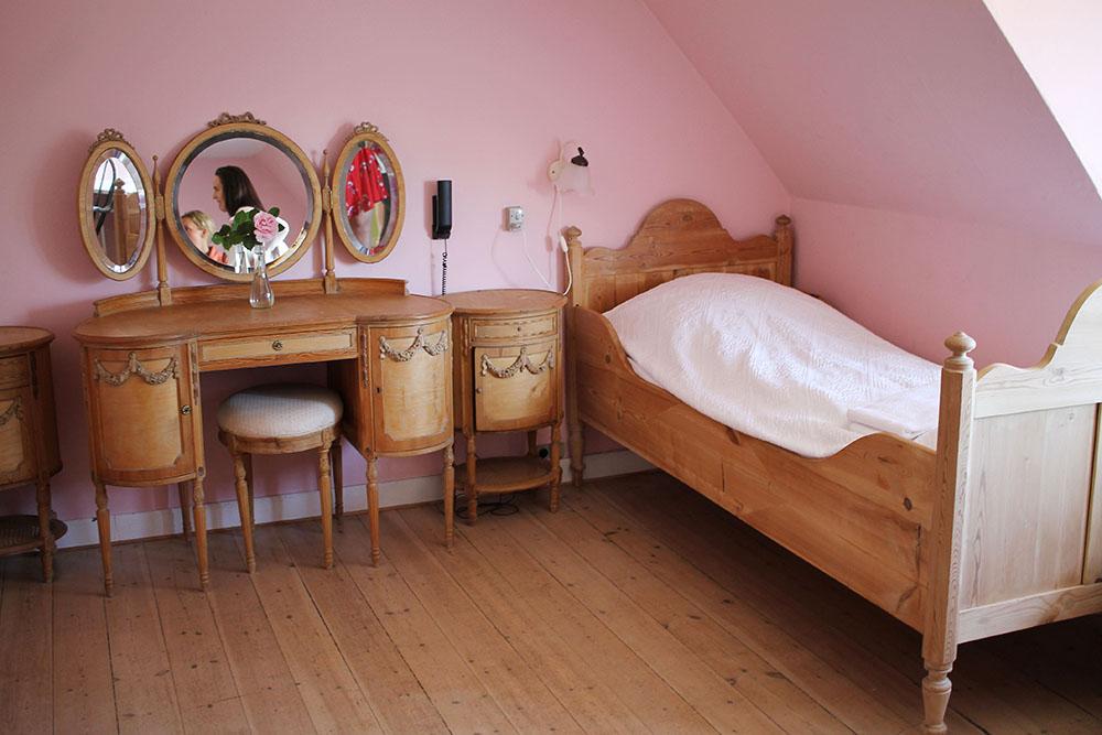 PRINSESSEROM PÅ KØBMANDSGÅRDEN: Faktisk er denne drømmen av et værelse kommondoras rom på Købmandsgården ute på Samsø. Og gjett hvem som var så heldig å få utdelt dette rommet når jeg skulle overnatte her!? MEG! 👸 Foto: Tenk Koffert