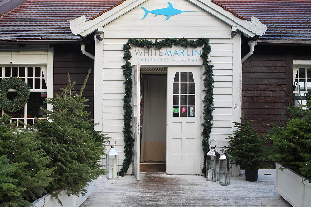 WHITE MARLIN I SOPOT: Denne restauranten ligger helt nede ved stranden, og har en kul uteservering på sommeren, som har litt sånn St. Tropez-aktig i stilen. Da jeg besøkte restauranten sist, var det snart jul. Da var spisestedet pyntet både inne og ute. Foto: Reisebloggen Tenk Koffert