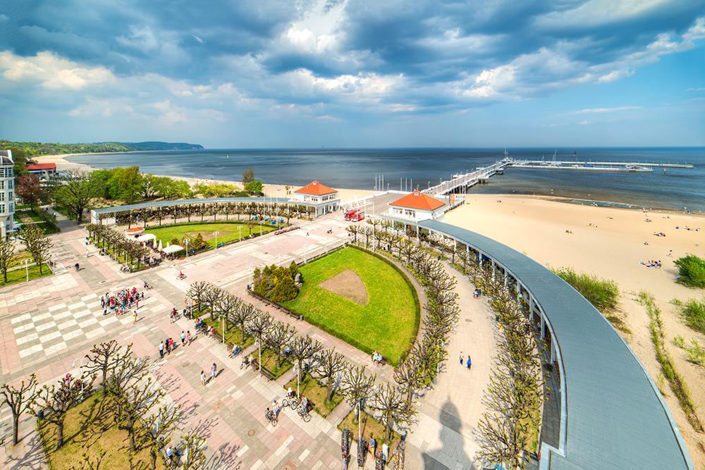 SOPOT FRA LUFTEN: Oversiktsbilde fra stranden, piren og promenaden en solfylt vårdag i Sopot . Foto: Polska Statents Turistbyrå
