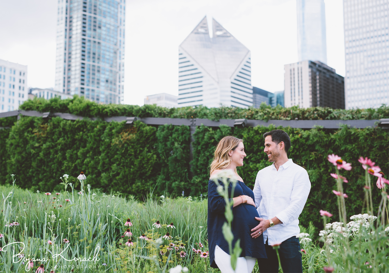 maternity photography with chicago skyline