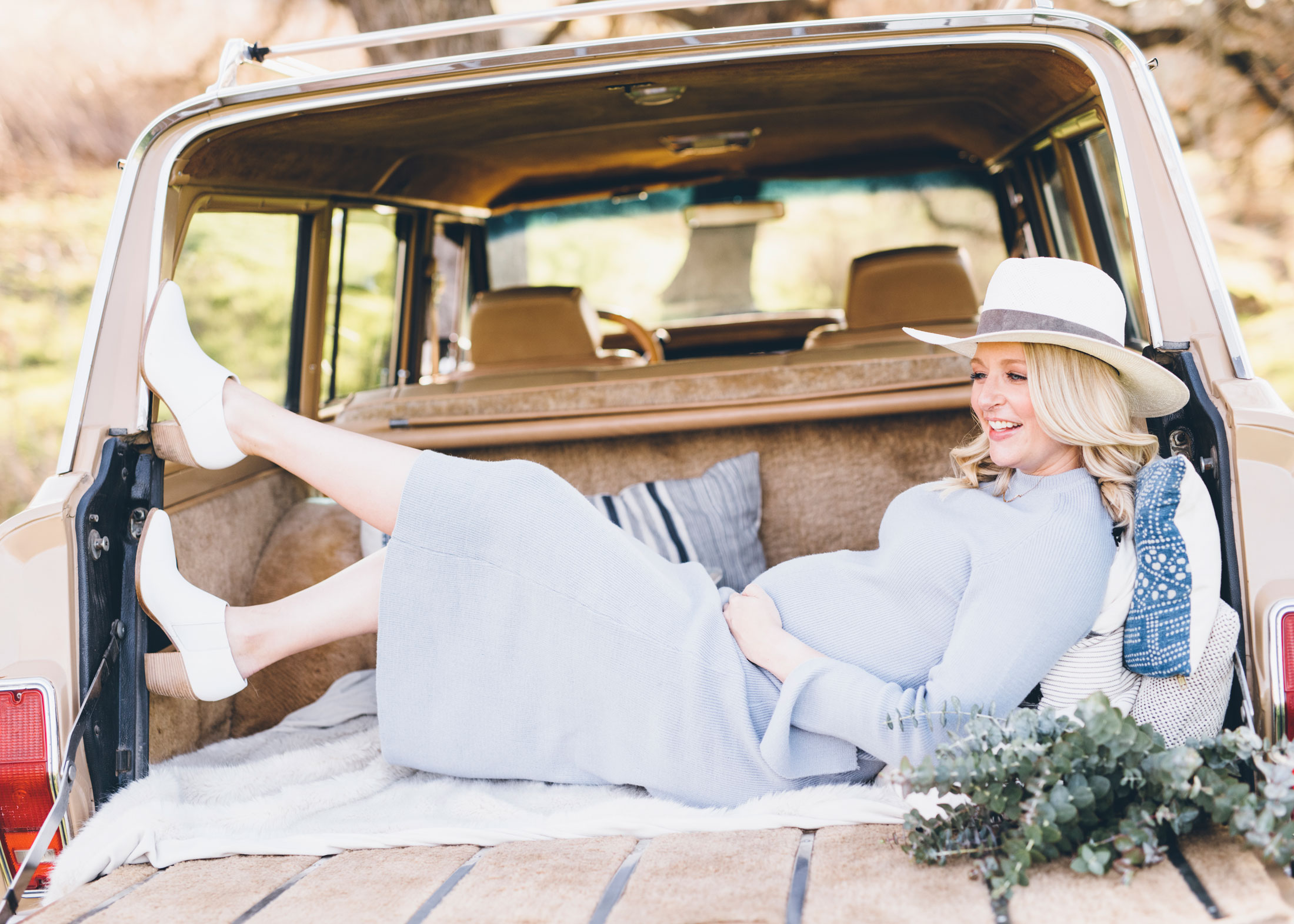 pregnant-woman-classic-jeep-photos.jpg