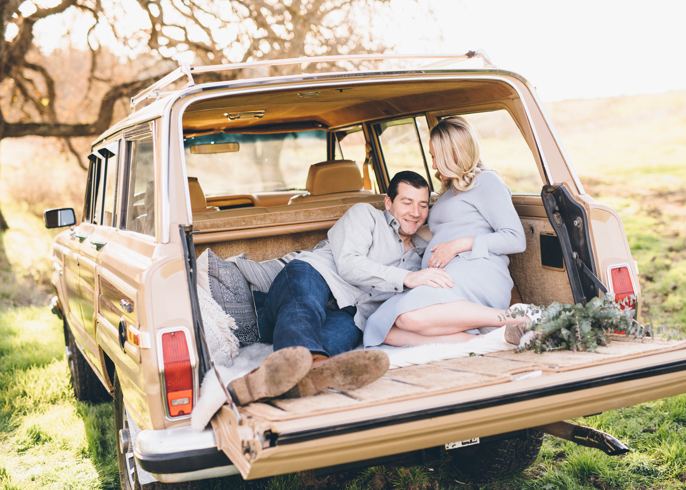 maternity-shoot-in-jeep-wagoneer.jpg