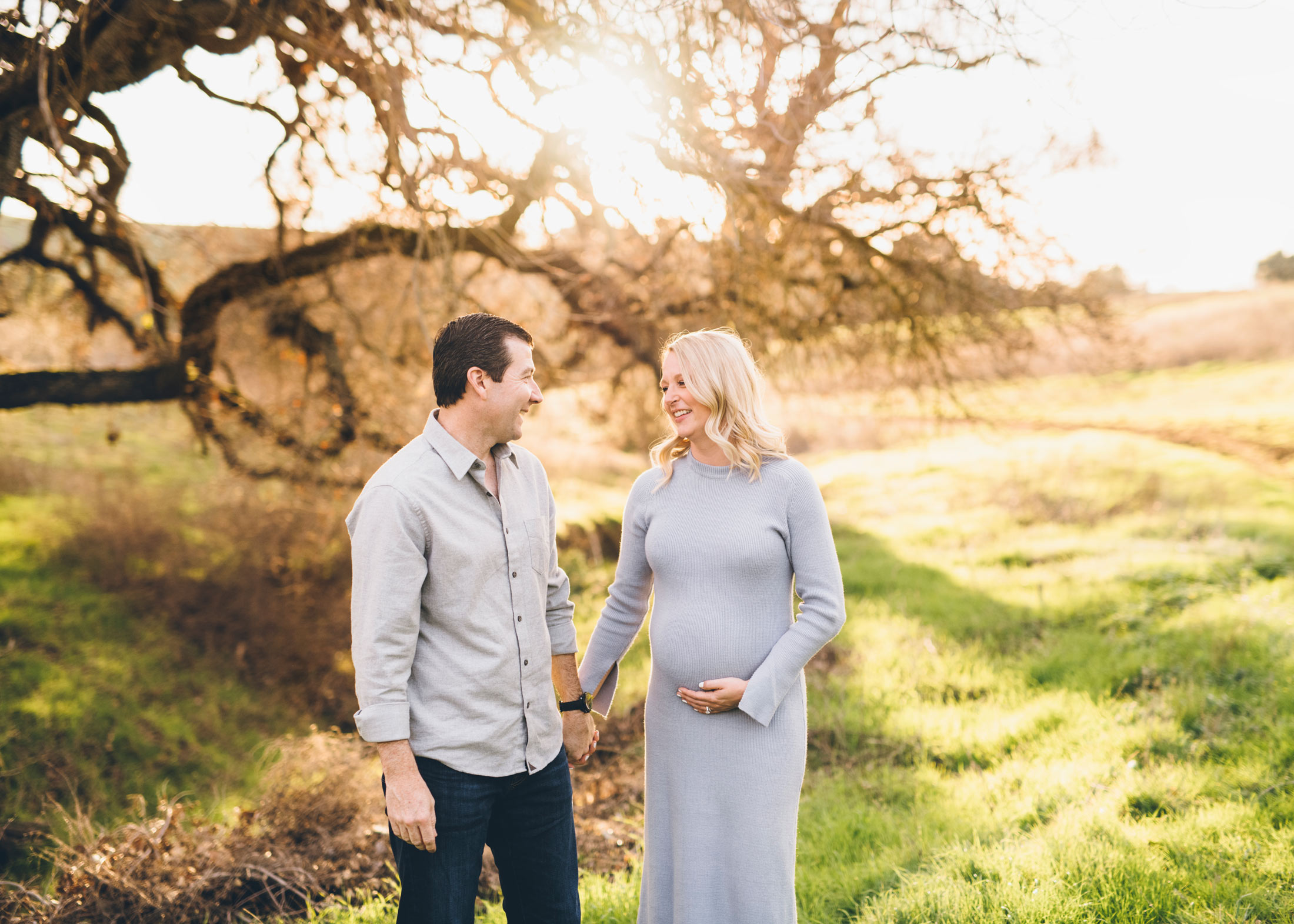 maternity-session-ideas-oak-trees-open-space.jpg