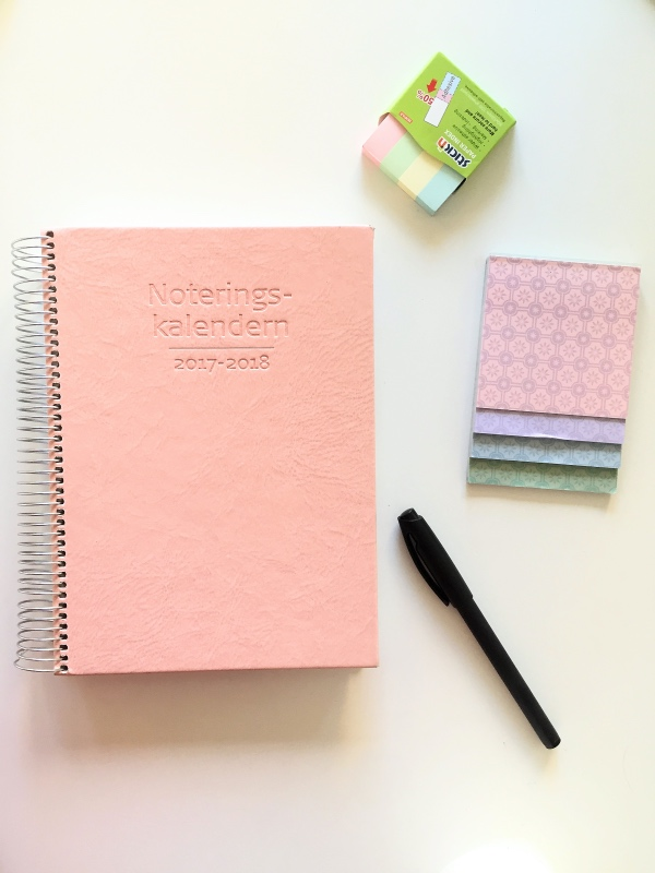 Tjusigt planeringsmaterial är alltid roligt. Kalendern och post-it lapparna från Akademibokhandeln, favoritpennan från Granit.