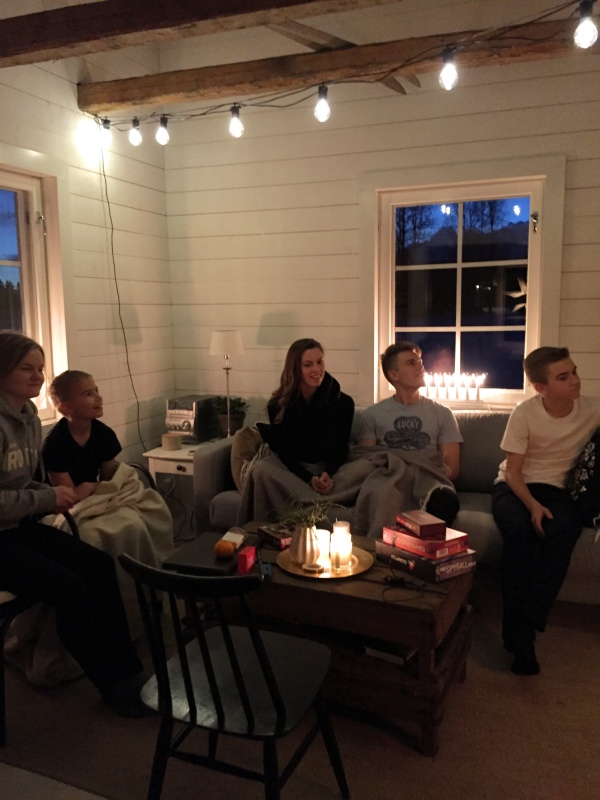 """Bild från december 2016. Vi """"spelade sällskapsspel"""" i Torpet, mina syskon, svägerskan, Samuel och jag. I verkligheten skrattade vi ihjäl oss medan vi planerade hur vår mors juluppdrag. I 19 år har hon planerat juluppdrag åt oss på julaftonsmorgon, nu var det ombytta roller. Mer om det i ett inlägg i december!"""