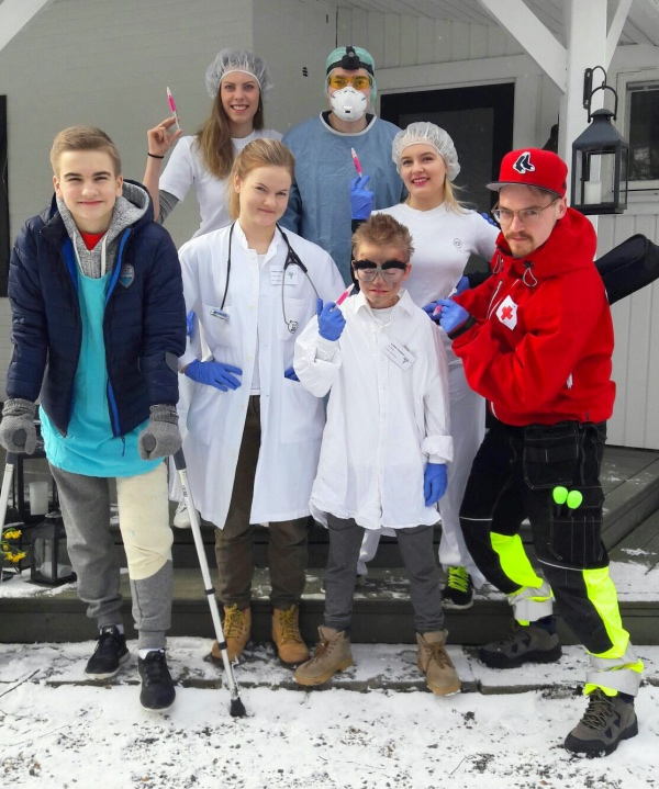 Bild från april 2017. Mina syskon, ingifta och jag klädde ut oss till sjukvårdspersonal på påsk. Vi reste runt i ambulansen (mina föräldrars amerikanska minivan) och underhöll nära och kära. Allt sådant tokigt med de här typerna.